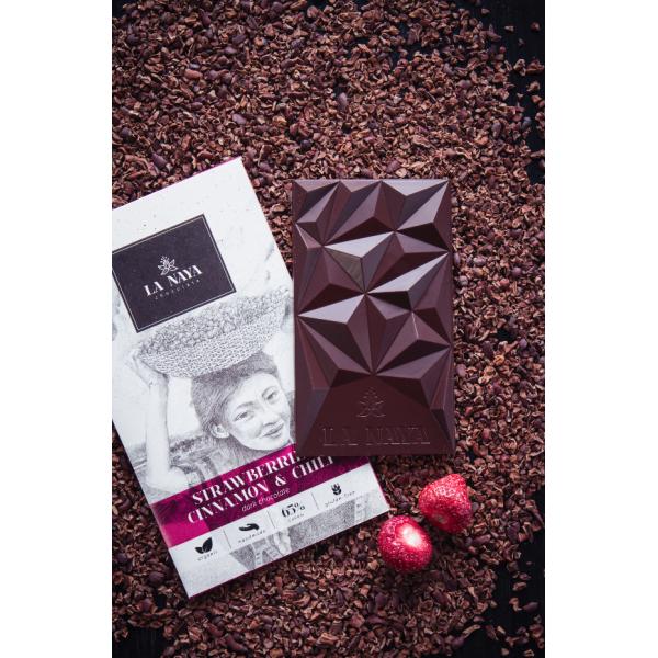 Juodasis šokoladas su braškėmis, cinamonu ir čili
